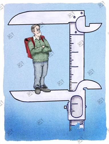 Schüler wird mit Schieblehre gemessen.