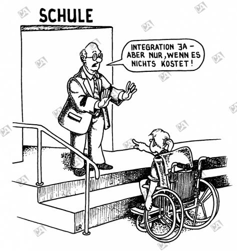 Schülerin im Rollstuhl vor einer Schule