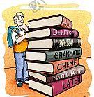 Ein Schüler betrachtet einen großen Stapel Schulbücher