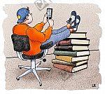 Bequem auf einem Stuhl sitzend, betrachtet ein Schüler sein Smartphone