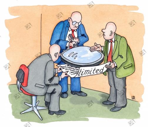 Geschäftsleute untersuchen das Kleingedruckte