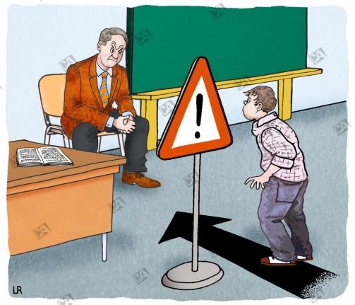 Ängstlicher Schüler steht vor einem Lehrer.